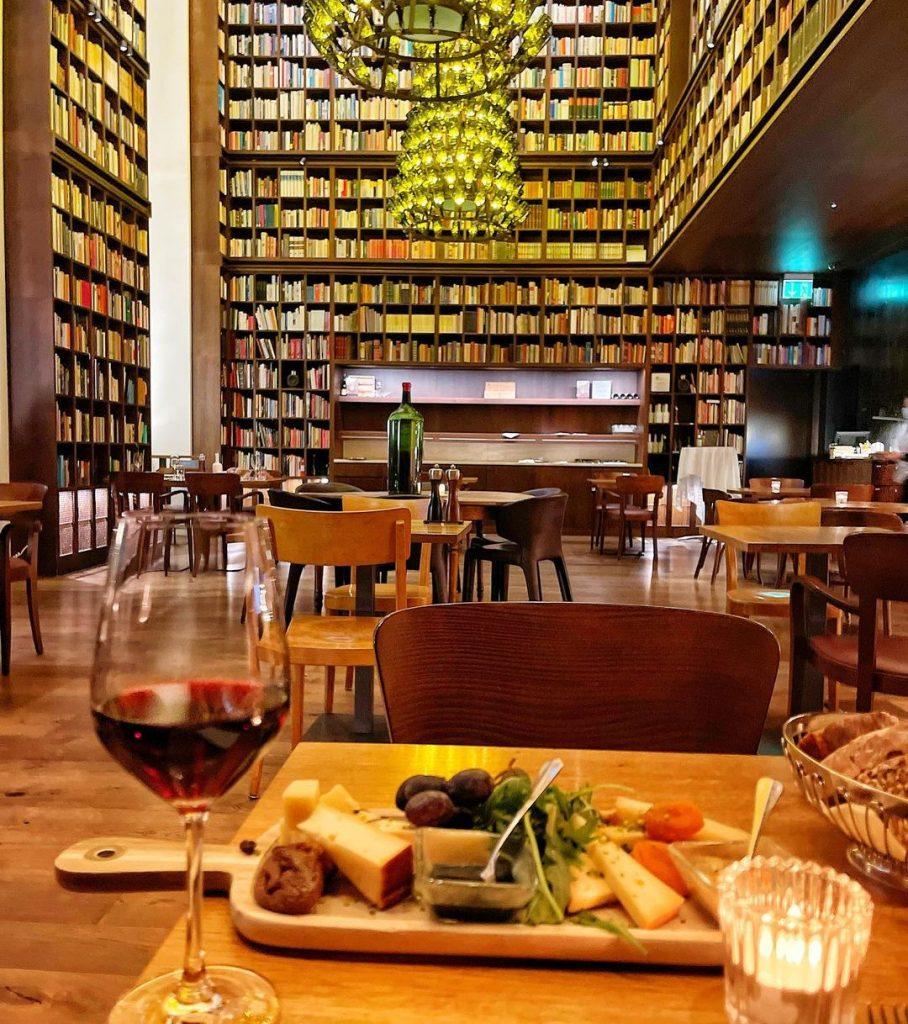 جذابترین هتل دنیا برای علاقهمندان به مطالعه کتاب